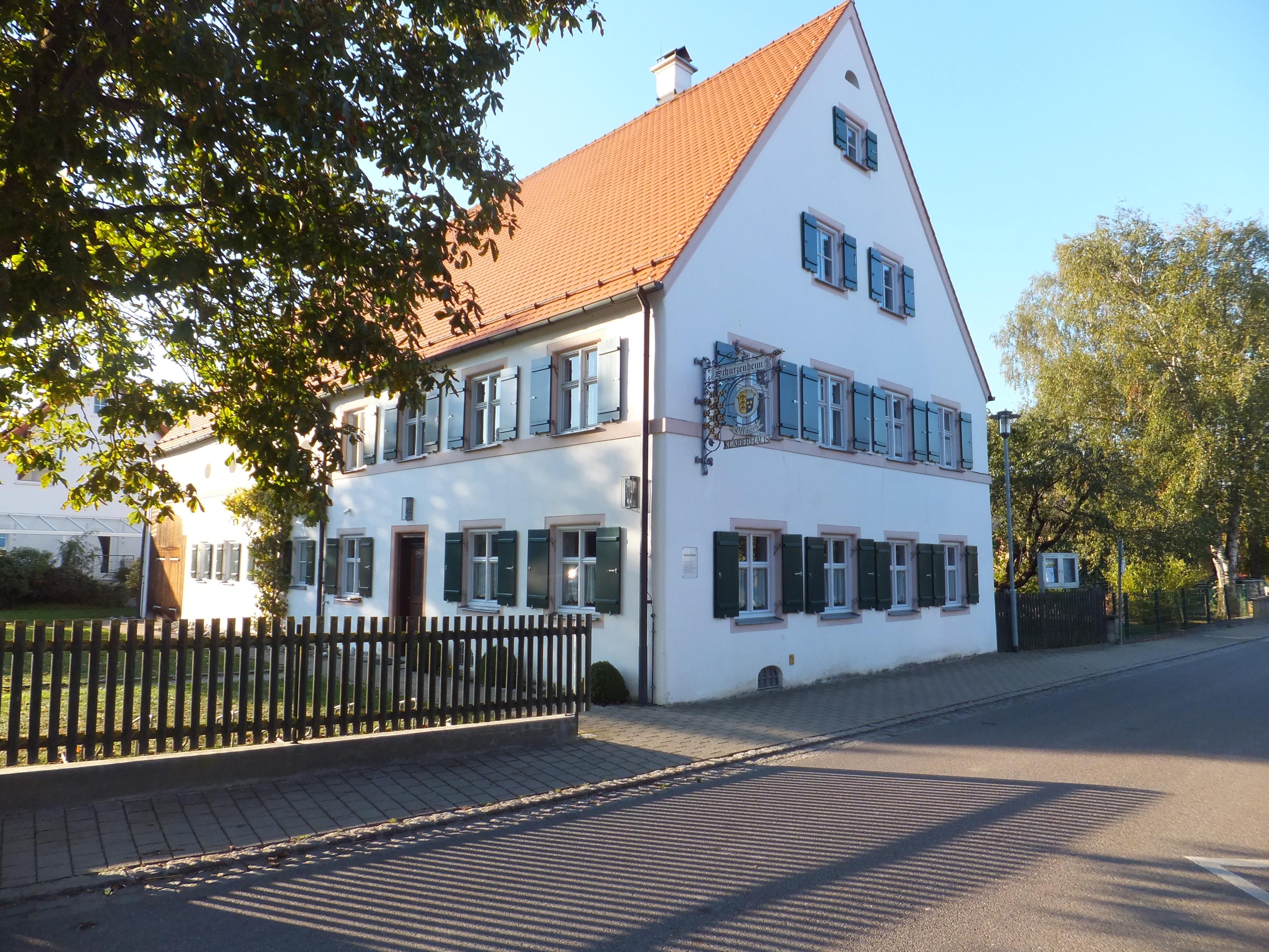 Blick auf Klaiberhaus und Eingangstür von Leonhardstraße aus